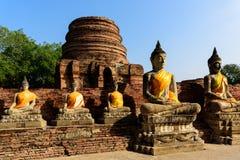 De beelden van Boedha in Wat Yai Chai Mongkhon met blauwe hemel, Ayutthaya, Thailand Royalty-vrije Stock Afbeeldingen