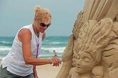 De beeldhouwer die van het zand aan strand werkt Stock Afbeelding