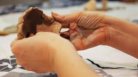 De beeldhouwer modelleert kleibeeldje of beeldje royalty-vrije stock afbeeldingen