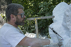 De beeldhouwer op het werk Stock Foto