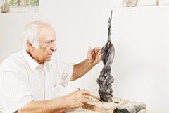 De beeldhouwer vertelt over zijn beeldhouwwerk Royalty-vrije Stock Fotografie