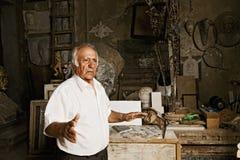 De beeldhouwer vertelt over zijn studio Stock Foto