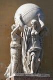 De beeldhouwwerk Overzeese Nimf, dragende Bol Stock Fotografie