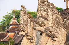 De beeldhouwwerken die van het Nagaserpent belangrijkste chedi omringen in Wat Chedi Luang in Chiang Mai, Thailand Royalty-vrije Stock Foto's