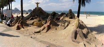 De beeldhouwwerken van het zand op strand Copacabana stock afbeelding