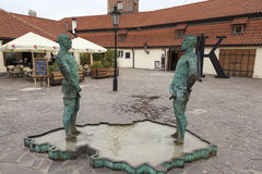 De beeldhouwwerkfontein die door mensen wordt geschreven praag Tsjechische Republiek stock afbeelding