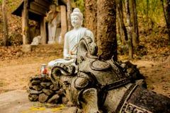 De beeldhouwwerkolifant toont eerbied aan boeddhistisch, stock afbeelding