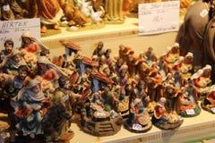 De Beeldjes van de geboorte van Christusscène bij Markt stock fotografie
