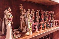 De beeldjes van huwelijksbruiden op de plank royalty-vrije stock afbeelding