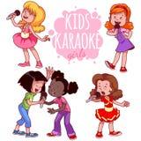 De beeldverhaalkinderen zingen met een microfoon Stock Foto's