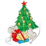 De beeldverhaalmuis verdeelt de kaas onder de Kerstboom Stock Foto