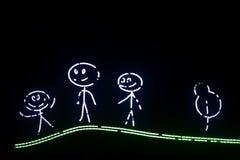 De beeldverhaalouders met een kind gaan voor een gang in het hout Het beeldverhaal Mapa, de papa en de baby glimlachen Getrokken  stock illustratie