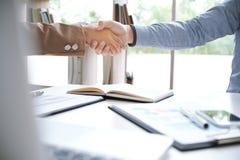 De beeldzaken bemannen handdruk Bedrijfsvennootschapvergadering succ Stock Foto