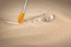 De beenderen van de archeologie en van forensische geneeskunde in zand Stock Foto's