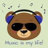 De beer is een bruine musicus, die aan muziek in blauwe hoofdtelefoons en zonnebril, in de stijl van beeldverhalen luisteren royalty-vrije illustratie