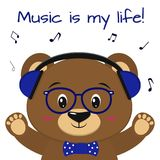 De beer is een bruine musicus, die aan muziek in blauwe hoofdtelefoons, glazen en een vlinderdas met opgeheven poten, in luistere stock illustratie