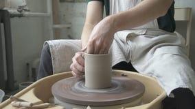 De begaafde pottenbakker maakt kleimok in aardewerkworkshop stock videobeelden