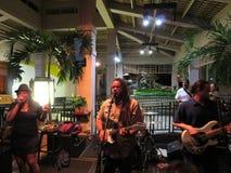 De begeleidingsband zingt en blokkeert op gitaar en trommelt op stadium bij MAI Royalty-vrije Stock Foto