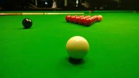 De beginnende positie voor een spel van snooker op de biljartlijst royalty-vrije stock fotografie