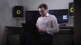 De beginner freelancer in IT kwam met het idee van de nieuwe software op de proppen, en besliste onmiddellijk het in zijn laptop  stock footage