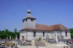 De begraafplaats en de middeleeuwse kerk Royalty-vrije Stock Afbeeldingen