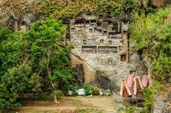 De begrafenismuur met tau tau in Lemo-dorp stock fotografie