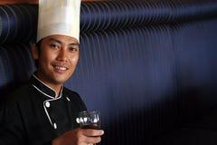 De Begroeting van de chef-kok met rode wijn Royalty-vrije Stock Afbeeldingen