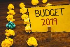 De Begroting 2019 van de handschrifttekst Concept die Nieuwe jaarraming van inkomens en uitgaven Financiële PlanClothespin beteke royalty-vrije stock fotografie