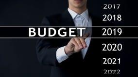 de begroting van 2019, zakenman selecteert dossier op het virtuele scherm, jaarlijks financieel verslag royalty-vrije stock afbeeldingen