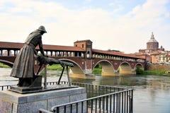 De behandelde brug van Pavia in Italië stock afbeeldingen