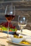 De behandelde eettafel met wint Royalty-vrije Stock Foto's