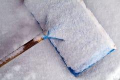 De behandelde schop van de winter Sneeuw royalty-vrije stock foto