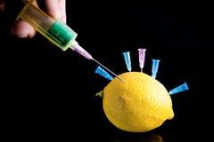 De behandeling van de citroen Stock Foto