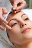 De behandeling van de huid het van toepassing zijn Stock Foto