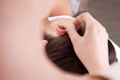 De Behandeling van de ooracupunctuur stock afbeeldingen
