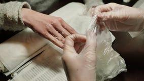 De behandeling van de procesparaffine van wijfje dient schoonheidssalon in stock videobeelden
