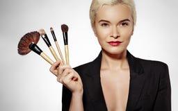 De behandeling van de schoonheid Meisje met make-upborstels De manier maakt Sexy Vrouw goed makeover Grimeur Applying Visage royalty-vrije stock foto