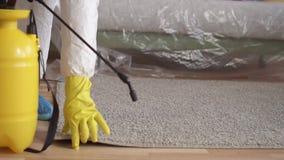 De behandeling van de tapijtnevel, de schoonmakende dienst of uitroeier stock videobeelden