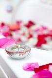 De behandelingsbadkuip van het kuuroord met bloemblaadjes en kaarsen Stock Afbeeldingen