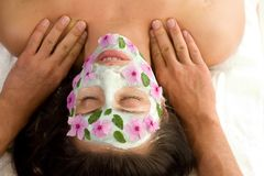 De behandelingsmasker en massage van de schoonheid Stock Foto's