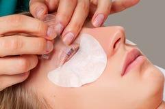 De behandelingsprocedures van de wimperzorg Vrouw die wimperslaminering, het bevlekken, het krullen, het lamineren en uitbreiding royalty-vrije stock foto's
