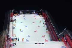 De beheerders maken helling bij de Kop van de Wereld schoon Snowboard stock afbeeldingen