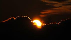De behing wolken van de zon stock foto