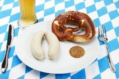 De Beierse opstelling van de kalfsvleesworst met bier vanaf bovenkant stock foto's