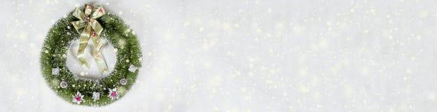 De beige achtergrond van de Kerstmiskroon royalty-vrije illustratie