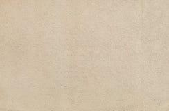 De beige textuur van de muurgipspleister in een zonnige dag als achtergrond Royalty-vrije Stock Foto