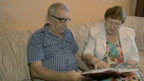 De bejaarde boeken van de paarlezing stock video