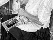 De bejaarde dame bouwt hand geweven manden royalty-vrije stock afbeelding