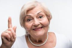 De bejaarde dame schudt haar vinger stock foto's
