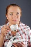 De bejaarde drinkt thee. Stock Afbeelding